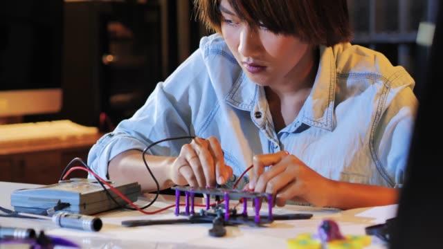 le donne adolescenti lavorano su un robot programmabile completamente funzionale per il progetto del club di robotica scolastica. designer creativo che testa il prototipo di robotica in officina. concetto scientifico. industria 4.0 - rivoluzione industriale video stock e b–roll