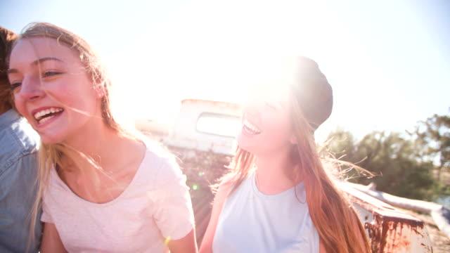 teenaged freunde sitzen zusammen essen pizza - teenage friends sharing food stock-videos und b-roll-filmmaterial