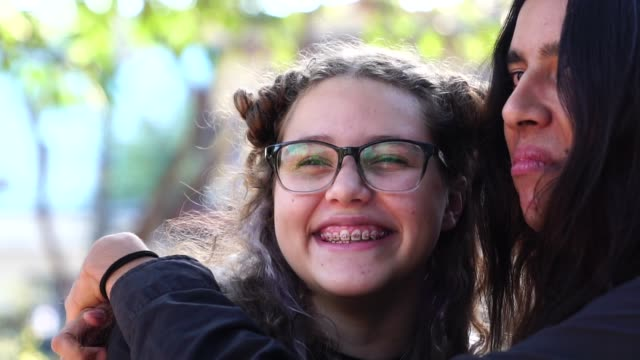 vídeos de stock, filmes e b-roll de retrato de amigos do adolescente - 16 17 anos