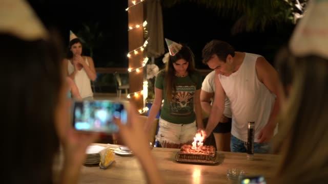 tonåring flicka firar sin 17-årsdag - birthday celebration looking at phone children bildbanksvideor och videomaterial från bakom kulisserna
