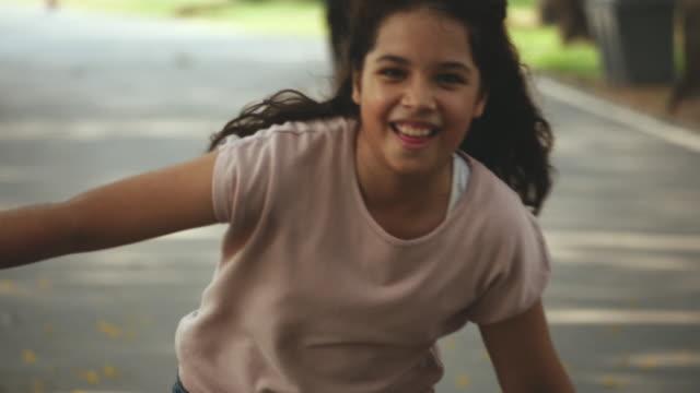 nastolatka grająca na rolkach - łyżwa filmów i materiałów b-roll