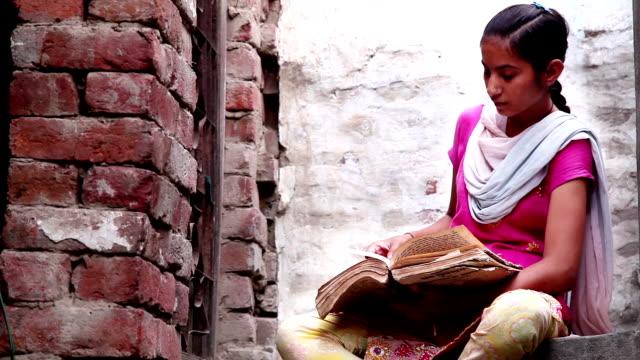 vídeos de stock e filmes b-roll de teenager girl reading a book at home - aldeia