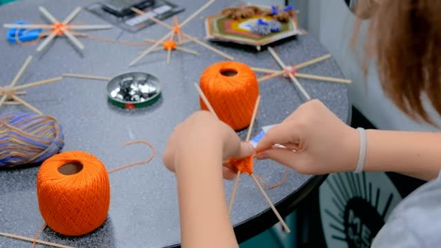 tonåring händer gör handgjorda mandala - väva bildbanksvideor och videomaterial från bakom kulisserna