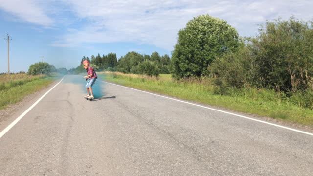 teenager riding on skateboard - pojęcia i zagadnienia filmów i materiałów b-roll