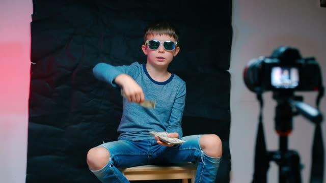 en tonåring sitter på en stol framför kameran och scatters pengar. - bingo bildbanksvideor och videomaterial från bakom kulisserna