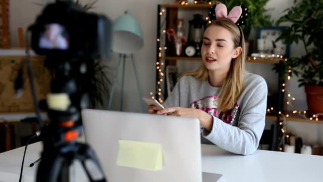 teenager vlogs etwa müssen neue app - bloggen stock-videos und b-roll-filmmaterial