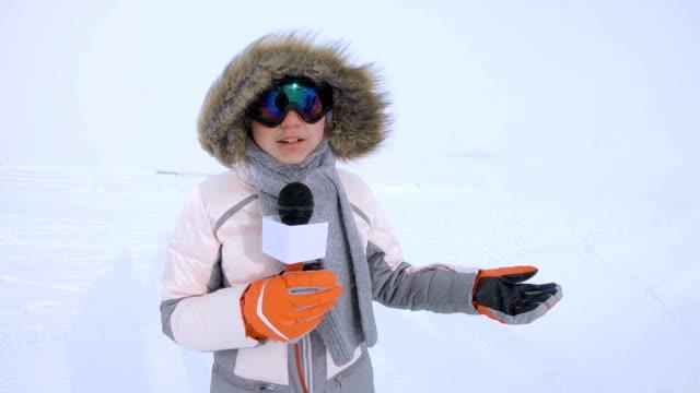 vidéos et rushes de journaliste de météo adolescent parler au micro à l'hiver - interview