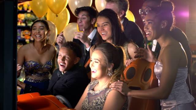 vídeos y material grabado en eventos de stock de adolescentes después del baile en video arcade - baile de estudiantes de secundaria