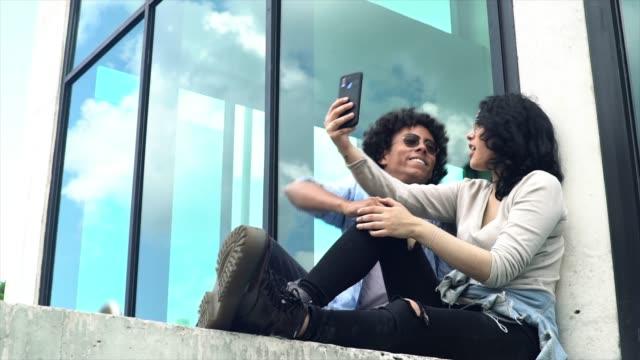 jugendliche nehmen einen video anruf vom handy - lateinische schrift stock-videos und b-roll-filmmaterial