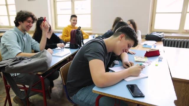 Teenager schikanieren und werfen Papierkugeln auf Klassenkameraden – Video