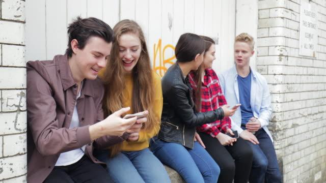 vídeos y material grabado en eventos de stock de adolescentes amigos - memorial day weekend