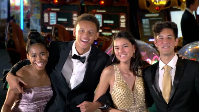 vidéos et rushes de adolescents ayant l'amusement à après la partie de bal - soirées habillées