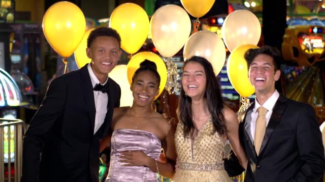 vídeos y material grabado en eventos de stock de adolescentes divirtiéndose en la fiesta después del baile - baile de estudiantes de secundaria