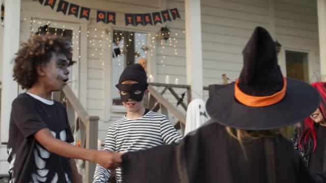 nastolatki grające w gry podczas halloween party - four seasons filmów i materiałów b-roll