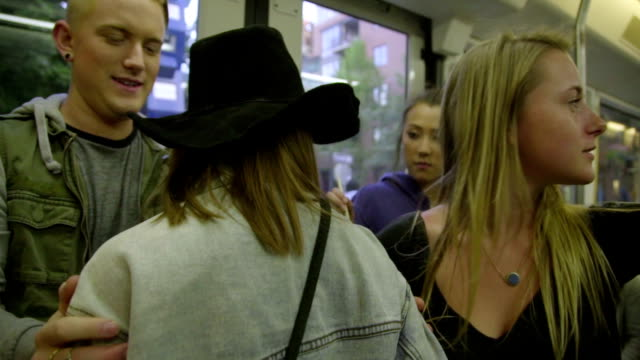 tonåringar på max tåg - billboard train station bildbanksvideor och videomaterial från bakom kulisserna