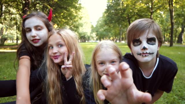 nastolatki sobie kostiumy halloweenowe robienie zdjęć - four seasons filmów i materiałów b-roll