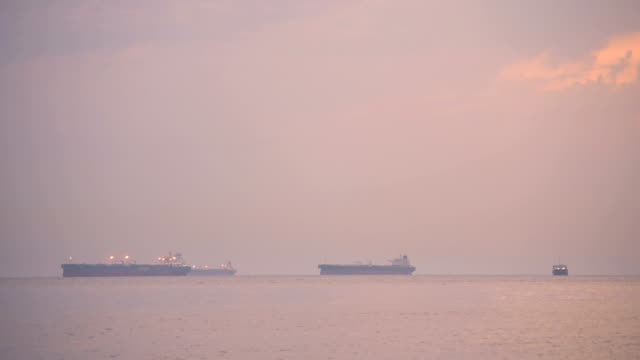vídeos de stock e filmes b-roll de tele view professional video of several freight container ship sailing at sunset - jogos internacionais
