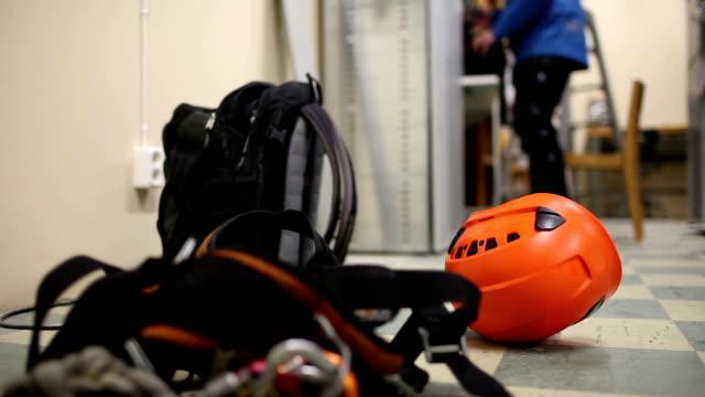 telecommunication high worker preparing equipment on communication tower - construction workwear floor bildbanksvideor och videomaterial från bakom kulisserna