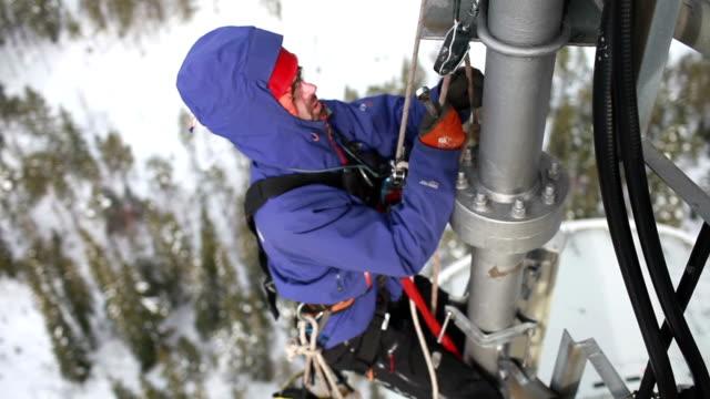 telecomunicazioni manuale lavoratore ingegnere riparare l'antenna ad - asta oggetto creato dall'uomo video stock e b–roll