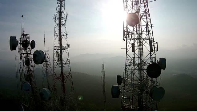 vídeos y material grabado en eventos de stock de telecomunicaciones antenas de televisión de mast - mástil