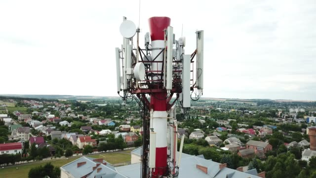 vídeos y material grabado en eventos de stock de torre de telecomunicaciones de 4g y 5g celular. estación base o estación de transceptor base. transmisor de antena de comunicación inalámbrica. torre de telecomunicaciones con antenas contra el cielo azul. - mástil