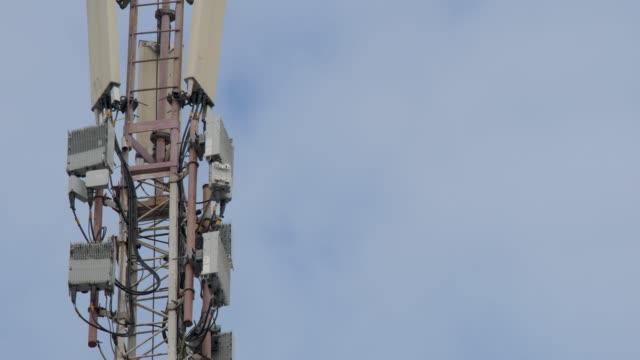 telekommunikation står hög. telefon stolpe. - antenn telekommunikationsutrustning bildbanksvideor och videomaterial från bakom kulisserna