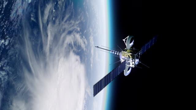 телекоммуникационное спутник на орбиту земли. - вид со спутника стоковые видео и кадры b-roll