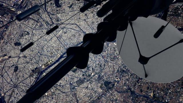 telekommunikation satellit sänder signal till jorden. flygande över stor stad - antenn telekommunikationsutrustning bildbanksvideor och videomaterial från bakom kulisserna