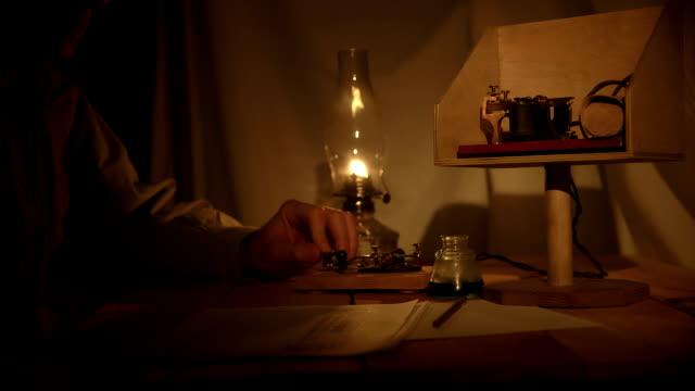 telegrafi ufficio in una zona meno illuminata tenda - stile del xix secolo video stock e b–roll