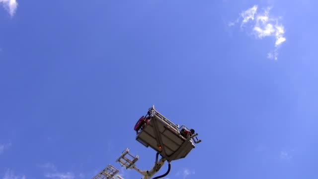 teleskopisk brandmän antenn stege plattform höjer - skylift bildbanksvideor och videomaterial från bakom kulisserna