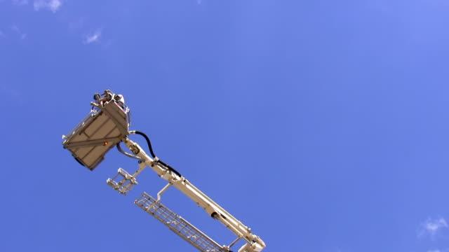 teleskopisk brandmän antenn stege plattform roterande - skylift bildbanksvideor och videomaterial från bakom kulisserna