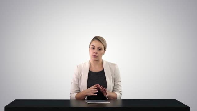 tv anchorwoman på studio pekar på sidor på gradient bakgrund - paper mass bildbanksvideor och videomaterial från bakom kulisserna