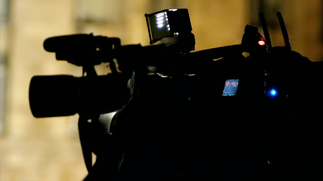 vídeos y material grabado en eventos de stock de cameraman de televisión - election