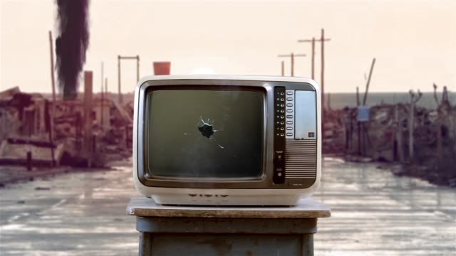 vídeos de stock e filmes b-roll de 80s television with green screen on a destroyed ghost town background. - apocalipse