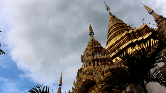 stockvideo's en b-roll-footage met temple and sky time lapse - religieuze tekst