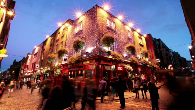 temple bar-distriktet, dublin, irland - pub bildbanksvideor och videomaterial från bakom kulisserna