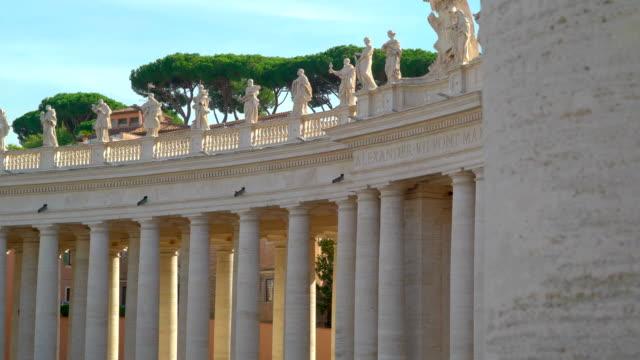 ett tempel inuti den basilica of saint peter i vatikanen rom italien - påve bildbanksvideor och videomaterial från bakom kulisserna