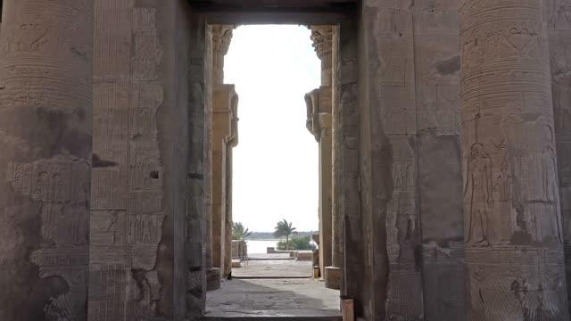 コム・オンボ神殿。コム・オンボは、エジプトのコン・オンボ神殿で有名な農業の町です。もともとはナブトと呼ばれるエジプトの都市で、金の街を意味していました。 - 石垣点の映像素材/bロール