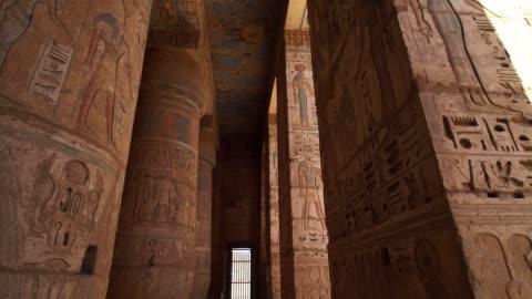 vidéos et rushes de temple de medinet habu. egypte, louxor. le temple mortuaire de ramsès iii au medinet habu est une importante structure d'époque du nouvel empire en cisjordanie de louxor en egypte. - tourisme