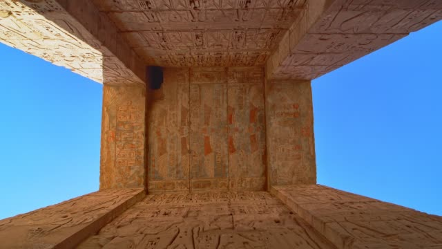 vídeos de stock, filmes e b-roll de templo de medinet habu. egito, luxor. o templo mortuário de ramsés iii em medinet habu é uma importante estrutura de período do novo reino na cisjordânia de luxor, no egito. - civilização milenar