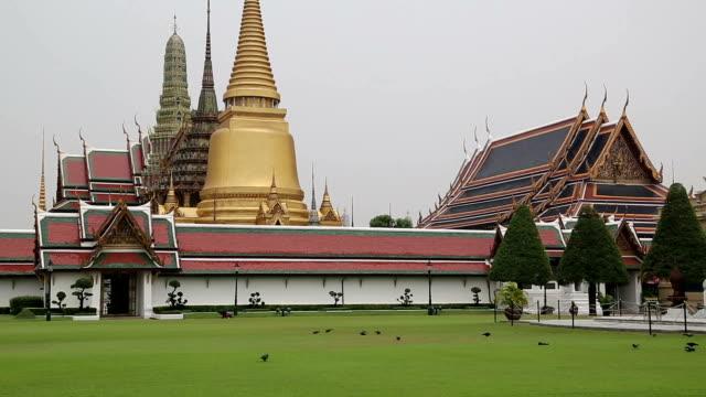 храм изумрудный будда в бангкоке, таиланд - верующий стоковые видео и кадры b-roll