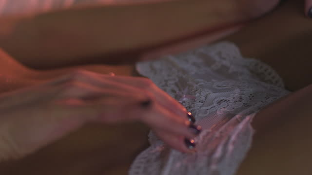 vídeos y material grabado en eventos de stock de grulla de alta definición: tentadores mujer en la cama - mujer seductora