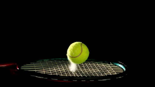 vídeos y material grabado en eventos de stock de bola de tenis saltando sobre una raqueta - tenis