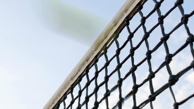 tennisball trifft net auf himmelshintergrund, spieler verlieren punkt, sport-turnier - netzgewebe stock-videos und b-roll-filmmaterial