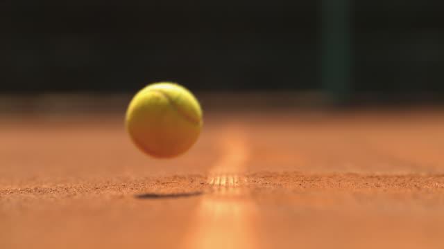 vídeos y material grabado en eventos de stock de pelota de tenis golpeando el suelo, ultra slow motion - tenis
