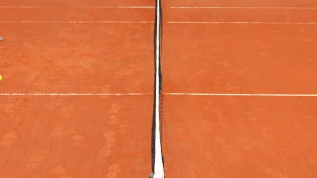 tennis court netz tennisball zu stoppen - netzgewebe stock-videos und b-roll-filmmaterial