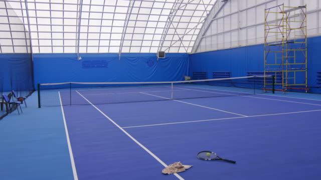 stockvideo's en b-roll-footage met tennis veld met racket en bal - sportartikelen
