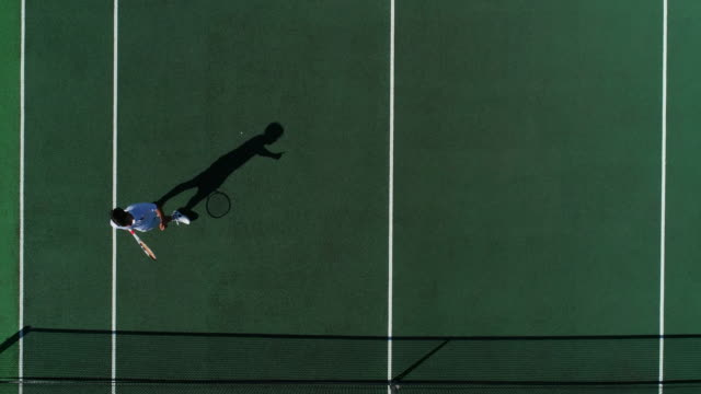 Ein Tennisspieler feiert, die Nummer eins zu sein. – Video