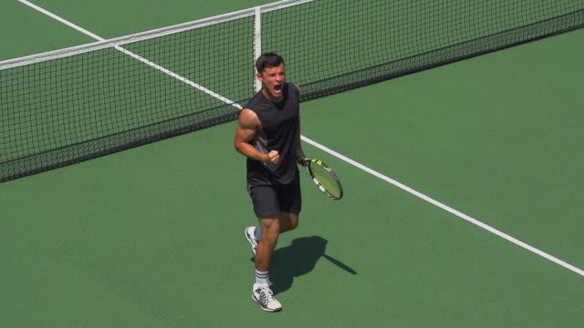 vídeos y material grabado en eventos de stock de un jugador de tenis celebra juego, set y partido. - tenis