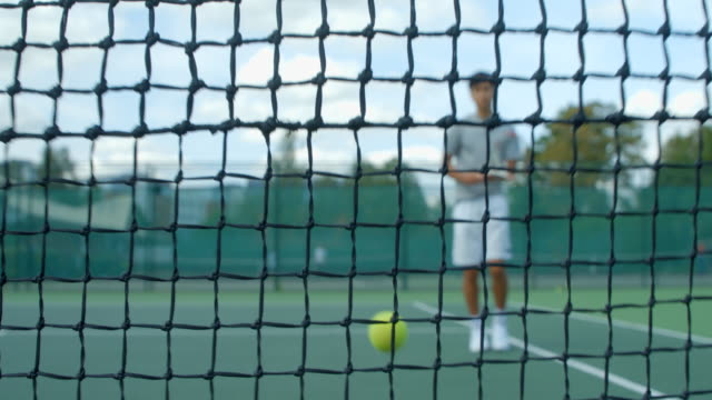 Ein Tennisspieler trifft hart ins Netz. – Video
